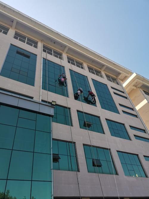 商务楼高空外墙清洗的相关规范和要求